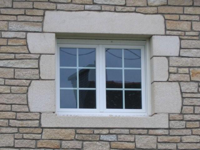 Encadrements en granit dans maison bio brique atp for Encadrement pierre pour fenetre